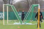 11.04.2018, Trainingsgelaende, Bremen, GER, 1.FBL, Training SV Werder Bremen<br /> <br /> im Bild<br /> Florian Kohfeldt (Trainer SV Werder Bremen) zwischen Toren, <br /> <br /> Foto &copy; nordphoto / Ewert