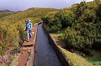 Portugal, Madeira, Levada bei Rabacal, hunderte Levadas (Bewaesserungsrinnen) durchziehen Madeira, die alten Wartungswege an ihrem Rand werden heute als Wanderwege genutzt