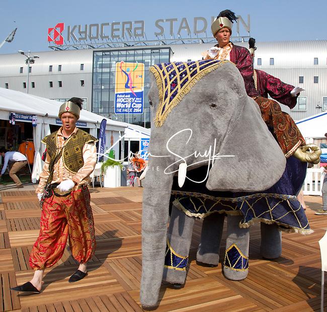 DEN HAAG - Streetperformance . Steltlopers met olifant. Rabobank World Cup Hockey 2014 . COPYRIGHT KOEN SUYK