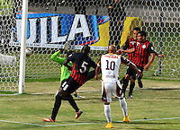 CUCUTA - COLOMBIA -11 -03-2015: Jonathan Estrada ( Cent.) jugador de Deportes Tolima anota gol a Michael Etulian (Izq.) portero de Cucuta Deportivo durante partido entre Cucuta Deportivo y Deportes Tolima por la fecha 9 de la Liga Aguila I-2015, jugado en el estadio General Santander de la ciudad de Cucuta.  / Jonathan Estrada (C) player of Deportes Tolima scored a goal to Michael Etulian (L) goalkeeper of Cucuta Deportivo during a match between Cucuta Deportivo and Deportes Tolima for the date 9 of the Liga Aguila I-2015 at General Santander Stadium in Cucuta city, Photo: VizzorImage / Cont.