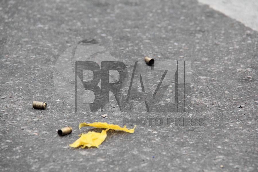 """SÃO PAULO,SP, 13.11.2015 - CRIME-SP - Troca de tiros entre bandidos e Agentes de escolta da empresa de segurança """"CTS""""na rua Clara Nunes no bairro Jardim Vista Alegre zona norte da cidade. Não houve feridos. ( Foto : Marcio Ribeiro / Brazil Photo Press)"""