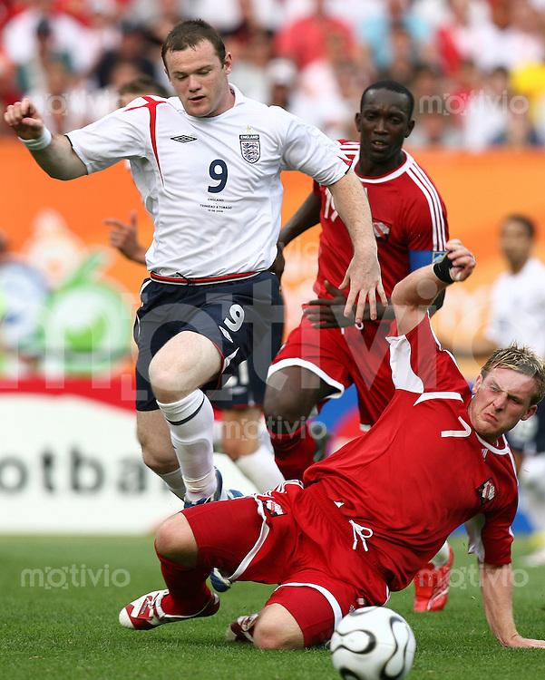 Fussball WM 2006  Gruppenspiel  Vorrunde England 2-0 Trinidad & Tobago Wayne Rooney (ENG)re, Christopher Birchall (TRI) li