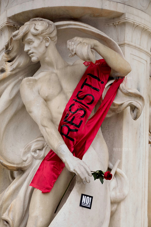 United States of America, Washington, D.C<br /> Statue wearing a banner saying &quot;Resist!&quot; during the Women's March in Washington. <br /> Since Donald Trump has been elected president of the United States on November 8, 2016, many voices rose against his insulting words against women and some American communities. As concern grows in the U.S. and abroad, the number of protests increases. Protest marches named Women&rsquo;s march have been organised, first in Washington, gathering more than one million people, and then in other cities around the world.  616 sister marches have been organized all around the world.<br /> <br /> Etats-Unis, Washington, D.C<br /> Statue portant une banderole &quot;Resist!&quot; (R&eacute;siste) lors de la Women's March (La Marche des Femmes) de Washington. <br /> Depuis l&rsquo;annonce de l&rsquo;&eacute;lection de Donald Trump au poste de 45e pr&eacute;sident des Etats-Unis le 8 novembre 2016, de nombreuses voix se sont &eacute;lev&eacute;es pour d&eacute;noncer ses propos d&eacute;gradants envers les femmes et les diff&eacute;rentes communaut&eacute;s am&eacute;ricaines. L&rsquo;inqui&eacute;tude grandit sur le sol am&eacute;ricain comme &agrave; l&rsquo;international, et les contestations se font de plus en plus nombreuses. Des marches intitul&eacute;es &quot;Women's March&quot; (La Marche des femmes) de contestations ont &eacute;t&eacute; organis&eacute;es, d'abord &agrave; Washington qui a rassembl&eacute; plus d'un million de personnes, mais aussi dans les plus grandes villes du monde. 616 marches ont eu lieu &agrave; travers le monde entier.