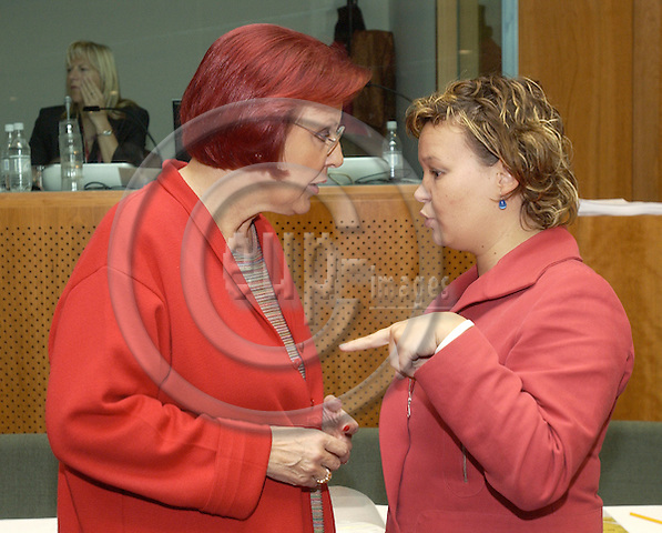 Brussels-Belgium - 24 May 2005---German Federal Minister for Economic Cooperation and Development, Heidemarie WIECZOREK-ZEUL (le), takes part in the meeting of the EU-Council External Relations on Development and International Cooperation, here with Leire PAJÍN IRAOLA (ri), State Secretary for International Cooperation of Spain---Photo: Horst Wagner/eup-images