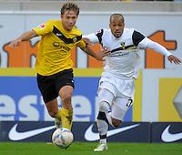 Fussball, 2. Bundesliga, Saison 2011/12, SG Dynamo Dresden - Alemannia Aachen, Sonntag (16.10.11), gluecksgas Stadion, Dresden. Dresdens Robert Koch (re.) gegen Aachens David Odonkor.