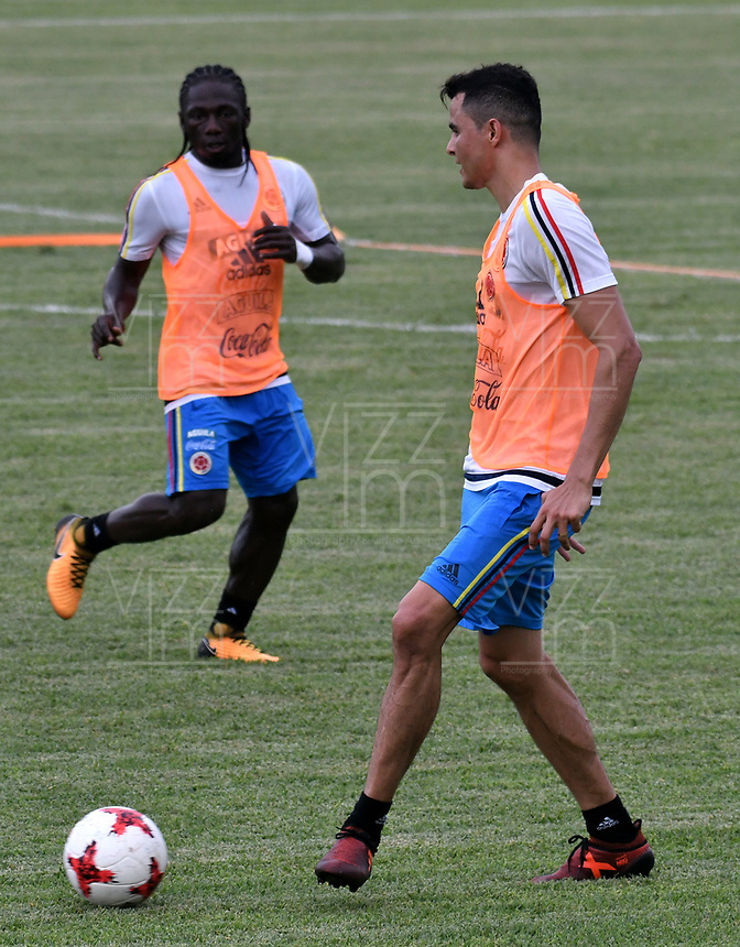 BARRANQUILLA - COLOMBIA - 02 - 10 - 2017: Yimmi Chará (Izq.) y Giovanni Moreno (Der.), jugadores de la Selección Colombia durante entreno en las canchas del Polideportivo Universidad Autonoma del Caribe. El equipo colombiano se prepara en Barranquilla para el partido contra el seleccionado de Paraguay el 05 de octubre, partido clasificatorio a la Copa Mundial de la FIFA Rusia 2018. / Yimmi Chará (L) and Giovanni Moreno (R), Colombia national team players, during a training in the grounds of the Sports Center of Autonoma del Caribe University. Colombia team prepares in Barranquilla for the match against the national team of Paraguay on October 05, qualifying for the FIFA World Cup Russia 2018. Photo: VizzorImage / Luis Ramirez/ Staff.