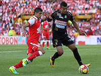 BOGOTA - COLOMBIA - 22 -06 -2013: Juan Roa   (Izq) jugador del Independiente Santa Fe  disputa el balón contra    Mario González (Der) del Caldas  durante partido en el estadio Nemesio Camacho El Campín  de la ciudad de Bogotá , junio 22  de 2013. partido correspondiente a la terecera fecha de los  cuadrangulares semifinales F 1 de la Liga Postobon I. (Foto: VizzorImage / Felipe Caicedo / Staff).BOGOTA - COLOMBIA - 22 -06 -2013: Juan Roa ( Left) Independiente Santa Fe player fights for the ball against Mario González (Right)  of Caldas during party in the stadium Nemesio Camacho El Campin in Bogota, June 22, 2013. terecera game for the date of the quadrangular semifinals F 1 Postobon League I. <br /> VizzorImage / Felipe Caicedo / Staff