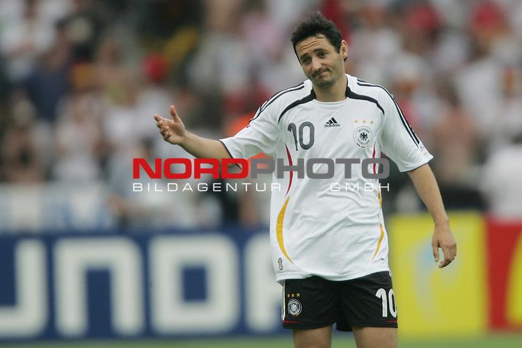 FIFA WM 2006 -  Gruppe A  Vorrunde ( Group A )<br /> Play   #33 (20-Jun) - Ecuador - Deutschland 0:3<br /> <br /> Oliver Neuville von Deutschland mit entschuldigender Gestik.<br /> <br /> Foto &copy; nordphoto