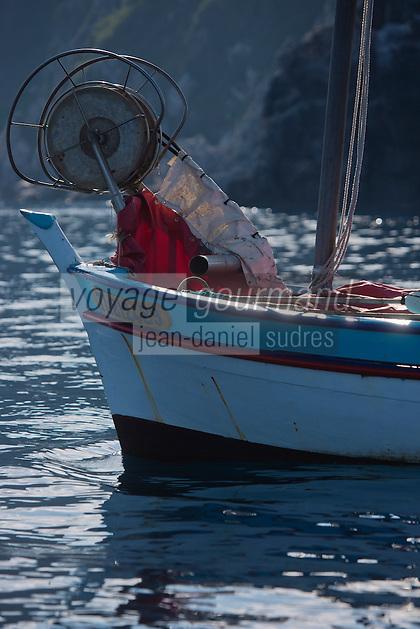 Europe/Provence-Alpes-Côte d'Azur/83/Var/Iles d'Hyères/Ile de Porquerolles: Pêche sur le pointu de Gérard Genta, pêcheur et restaurateur: Restaurant du Pêcheur - Hôtel Le Porquerollais  <br /> Pose des filets<br /> Auto N°:2012-418