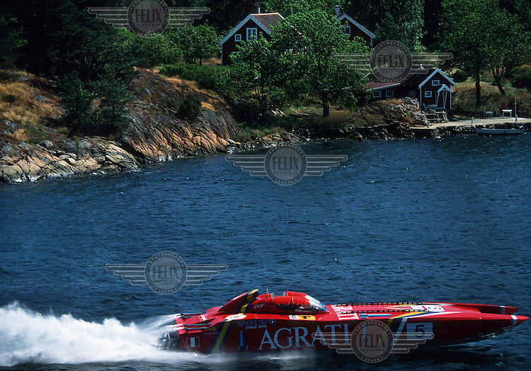 Off shore racing, a boat passes close to a holiday home on an island during a race. © Fredrik Naumann