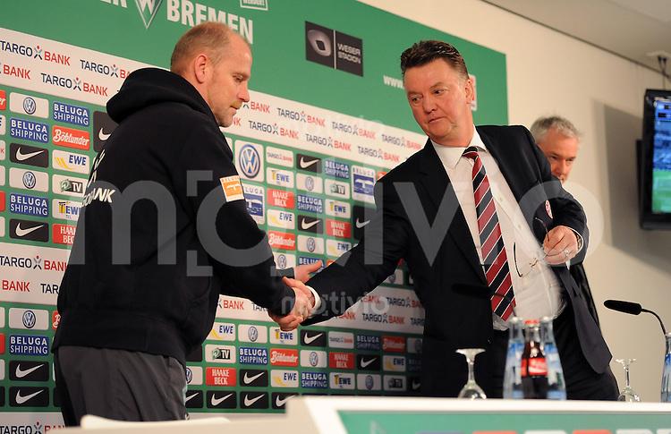 FUSSBALL   1. BUNDESLIGA   SAISON 2010/2010   20. Spieltag SV Werder Bremen - FC Bayern Muenchen              28.01.2011 Trainer Thomas SCHAAF (li, Bremen) gratuliert Trainer Louis VAN GAAL (lre, Bayern) auf der Pressenkonferenz