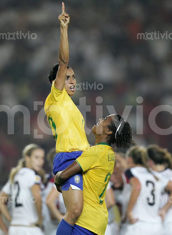 Fussball International Frauen WM China 2007  Halbfinale semi final USA - Brasilien USA - Brazil MARTA (l) jubelt zum 2:0 mit ELAINE (BRA).