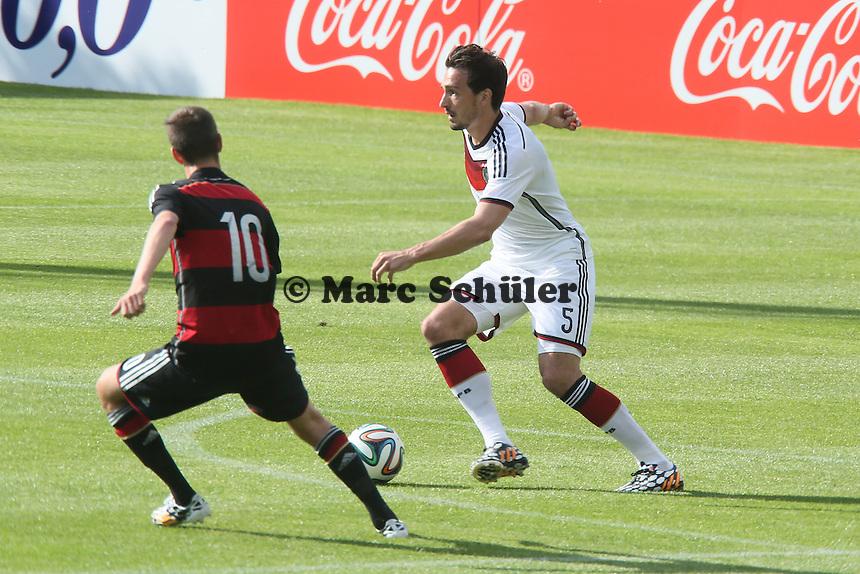 Mats Hummels gegen Janik Haberer (U20) - Testspiel der Deutschen Nationalmannschaft gegen die U20 zur WM-Vorbereitung in St. Martin