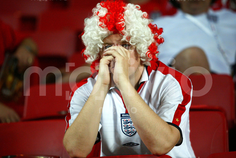 Fussball INTERNATIONAL EURO 2004 Frankreich-England im Estadio da Luz Lissabon England Fans enttaeuscht nach Spielende.