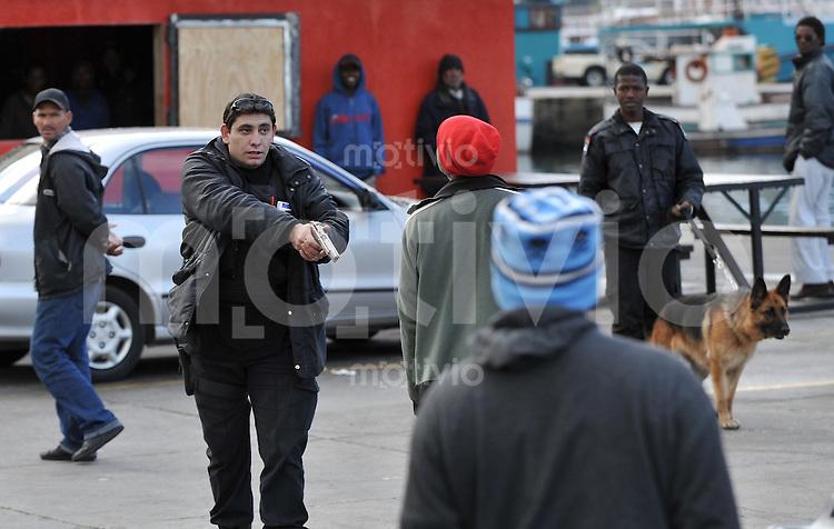 LAND UND LEUTE  FUSSBALL WM 2010    09.06.2010 In der Hout-Bay kommt es zu Handgreiflichkeiten zwischen einem Sicherheitsmann und einem Passanten, in deren Verlauf auch Waffen gezueckt werden.