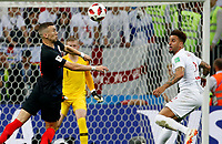 MOSCU - RUSIA, 11-07-2018: Ivan PERISIC (Izq) jugador de Croacia disputa el balón con Kyle WALKER (Der) jugador de Inglaterra durante partido de Semifinales por la Copa Mundial de la FIFA Rusia 2018 jugado en el estadio Luzhnikí en Moscú, Rusia. / Ivan PERISIC (L) player of Croatia fights the ball with Kyle WALKER (R) player of England during match of Semi-finals for the FIFA World Cup Russia 2018 played at Luzhniki Stadium in Moscow, Russia. Photo: VizzorImage / Julian Medina / Cont