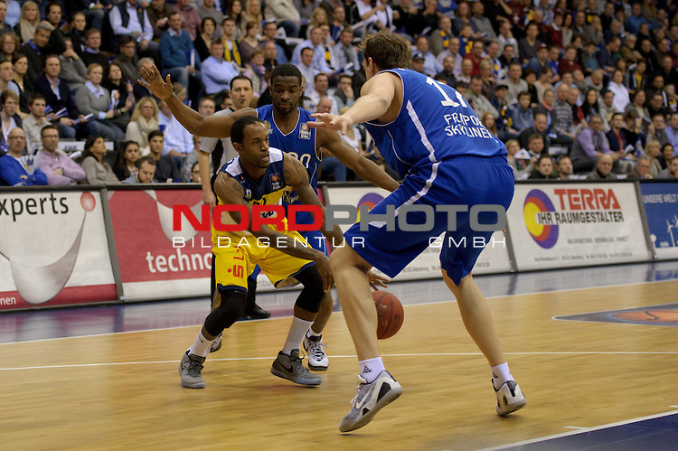 21.02.2015, EWE Arena, Oldenburg, GER, BBL, EWE Baskets Oldenburg vs FRAPORT SKYLINERS, im Bild Julius Jenkins (Oldenburg #22), Sean Armand (Skyliners #20), Johannes Voigtmann (Skyliners #17)<br /> <br /> Foto &copy; nordphoto / Frisch