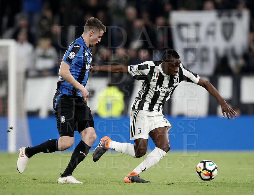 Calcio, Serie A: Juventus - Atalanta, Torino, Allianz Stadium, 14 marzo 2018. <br /> Juventus' Blaise Matuidi (r)in action with Atalanta's Hans Hateboer (l) during the Italian Serie A football match between Juventus and Atalanta at Torino's Allianz stadium, March 14, 2018.<br /> UPDATE IMAGES PRESS/Isabella Bonotto
