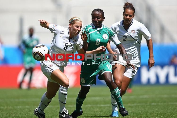 25.07.2010,  Augsburg, GER, FIFA U20 Womens Worldcup, , Viertelfinale, USA vs Nigeria,  im Bild Kendall JOHNSON (USA #5) Ebere ORJI (Nigeria #8) und Toni PRESSLEY (USA #2) , Foto: nph /  Straubmeier