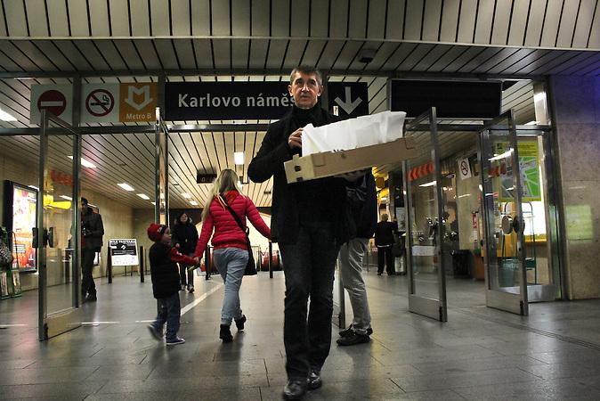 Andrej Babis, Gründer der ANO-Partei, verteilt Pfannkuchen an einer Prager Metrostation. / Andrej Babis, founder of ANO-party, gives out cakes at a metro station in Prague