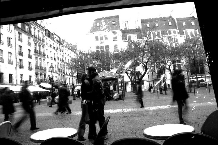 10.2002 <br /> <br /> Couple kissing in the street.<br /> <br /> Couple s'embrassant dans la rue.