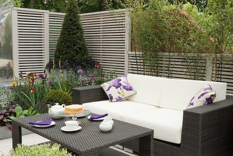 Outdoor garden room set for dining plant flower stock for Outside garden rooms