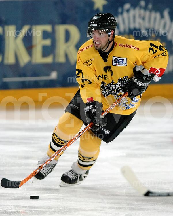 Eishockey, Vorbereitung DEL 2004/2005, Arena Nuernberg (Germany), MERCURE-CUP 2004, Ice Tigers - Krefeld Pinguine (3:0) Steve Brule (Krefeld) am Puck