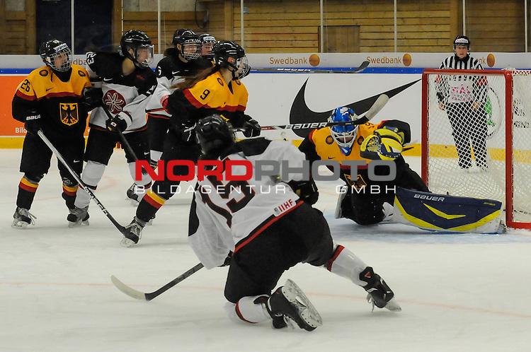 01.04.2015, Rosengards Ishall, Malm&ouml; , SWE, IIHF Eishockey Frauen WM 2015, Deutschland (GER) vsJapan (JPN), im Bild, Rui UKITA (#15, JPN) erziehlt in &Uuml;berzahl das 1:2 f&uuml;r Japan, Ivonne SCHROEDER (#1, Tornado Niesky) chancenlos<br /> <br /> <br /> <br /> ***** Attention nur f&uuml;r redaktionelle Berichterstattung *****<br /> <br /> Foto &copy; nordphoto / Hafner