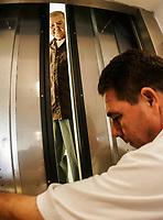 Don Jose Linzon Lopez de 74 años se retiro muy molesto luego de que permaneció atrapado unos minutos en el elevador de Ayuntamiento por una falla eléctrica, el oficial Grijalva le ayudo a descender del elevador luego de que lograron abrir la puerta
