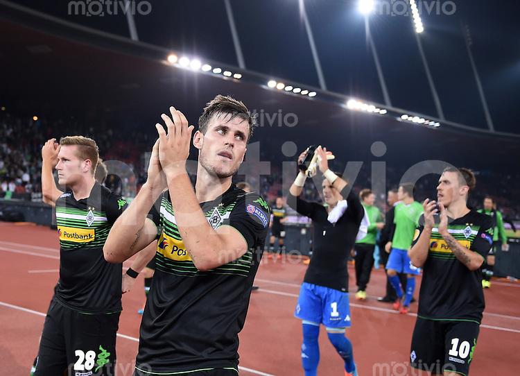 FUSSBALL   INTERNATIONAL   UEFA EUROPA LEAGUE   SAISON 2014/2015 FC Zuerich 1-1 VfL Borussia Moenchengladbach    02.10.2014 Torschuetze Havard Nordtveit (2.v.li, Borussia Moenchengladbach) mit dem Dank an die Fans nach dem Spiel