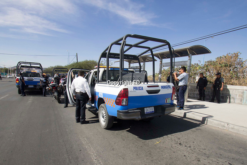 San Juan del Río, Qro. 12 diciembre 2016.- Fuerte golpe al narcomenudeo asestaron los elementos de la Policía Municipal de esta ciudad al asegurar a una pareja que transportaba varios kilogramos de cocaína y de metanfetaminas al interior de una camioneta Ford Pick Up 1994 con placas MTB 37 17 para el Estado de México.