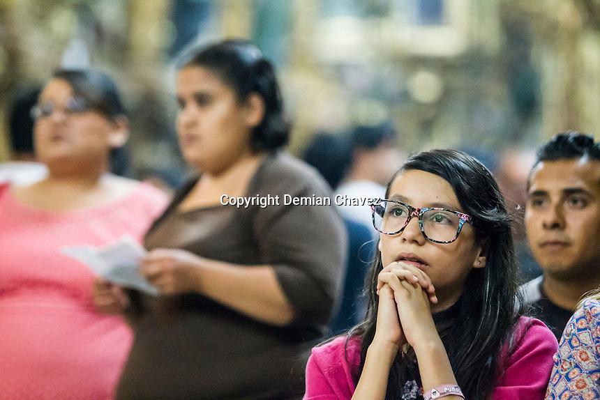 Quer&eacute;taro, Qro. 02 de abril de 2015.- La Visita de las Siete Casas dio inicio con la misa del Lavatorio de Pies, que realiz&oacute; el obispo de la Di&oacute;cesis, Faustino Armendariz.<br /> <br /> De &eacute;sta manera ciento de queretanos y visitantes, turistas se dieron cita en las iglesias del estado abarrot&aacute;ndolas.<br /> <br /> <br /> Foto: Demian Ch&aacute;vez / Obture.