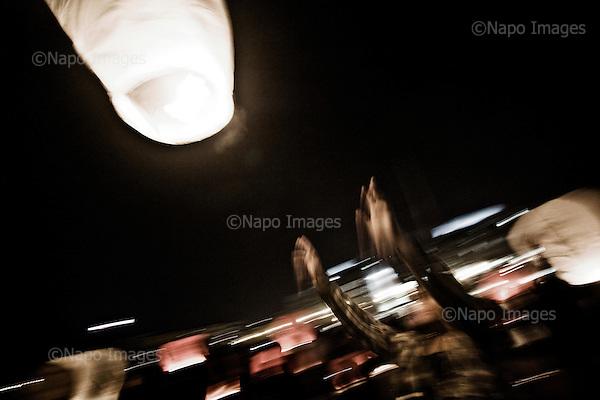 Warsaw 12/04/2010 Poland<br /> People mourning the tragic death of President Lech Kaczynski and his wife.<br /> on pictures: Young people let go of 97 lights into the sky - as much as the number of victims of fatal crash in Smolensk.<br /> Photo: Adam Lach / Napo Images for The New York Times<br /> <br /> Zaloba po tragicznej smierci Prezydenta Lecha Kaczynskiego i jego malzonki.<br /> na zdjeciu: mlodzi ludzie puszczaja 97 swiatelek do nieba - tyle samo ile bylo ofiar tragicznej katastrofy w Smolensku.<br /> Fot: Adam Lach / Napo Images for The New York Times