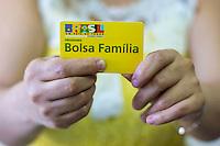 SÃO PAULO, SP, 01.07.2016 - BOLSA-FAMÍLIA- O presidente em exercício Michel Temer e o ministro do Desenvolvimento Social e Agrário, Osmar Terra, anunciaram nesta quarta-feira (29) um reajuste médio de 12,5% nos benefícios do Bolsa Família. O reajuste vai ser pago a partir de 17 de julho. Imagem do cartão de benefício do Programa Bolsa Família, nesta manhã de sexta-feira (1). (Foto: Adailton Damasceno/Brazil Photo Press)