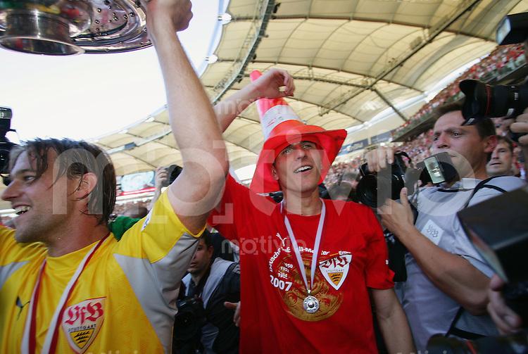 Fussball Bundesliga VFB Stuttgart - FC Energie Cottbus Timo HILDEBRAND (VFB) mit Meisterschale und Mario GOMEZ nach Spielende.