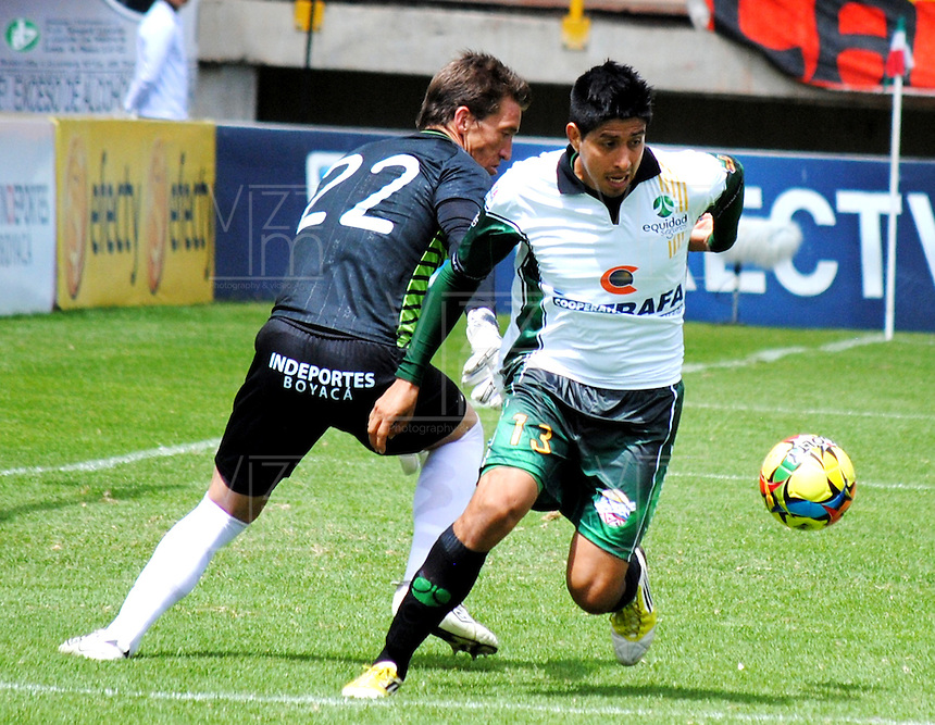 TUNJA- COLOMBIA-12-05-2013: Diego Novoa (Izq.) jugador de Patriotas Boyaca F.C., lucha por el balón con Daniel Briceño (Der.) jugador de La Equidad durante partido en el estadio La Independencia de la ciudad de Tunja, mayo 12 de 2013. Patriotas Boyaca F.C. y La Equidad durante partido por la fecha 15 de la Liga Postobon I. (Foto: VizzorImage / Jose Palencia / Cont.). Diego Novoa (L) player of Patriotas Boyaca F.C. struggles for the ball with Daniel Briceño (R) of La Equidad during game in the La Independencia stadium in Tunja City, May 12, 2013. Patriotas Boyaca F.C. and la Equidad during match for the 15 round of the Postobon League I. (Photo: VizzorImage / Jose Palencia / Cont.).