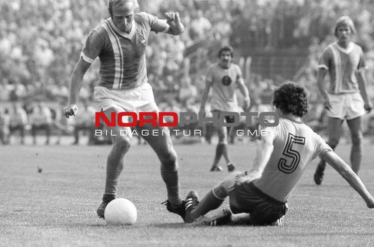 BS-Werder Bremen. Aus 1. BL Eintracht Braunschweig gegen Werder Bremen 3:2 am 30.08.1975.Werder Spieler Werner Goerts ?? gegen Friedhelm Haebermann #5.                                                                                                    Foto:  nph / Rust