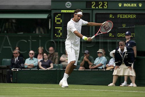 27 June 2006: Swiss player Roger Federer (SUI) plays a backhand during his first round men's singles match against Gasquet on the second day at the All England Lawn Tennis Championships, Wimbledon, London. Federer won 6-3 6-2 6-2 Photo: Glyn Kirk/Actionplus...060627 man men male