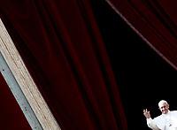 """Papa Francesco saluta i fedeli dopo aver pronunciato il messaggio """"Urbi et Orbi"""" (alla città e al mondo) dalla loggia centrale della Basilica di San Pietro. Città del Vaticano, 16 aprile 2017. <br /> Pope Francis waves after delivering his """"Urbi et Orbi"""" (to the city and the world) message from the central loggia overlooking St. Peter's Square at the Vatican, on April 16 2017.<br /> UPDATE IMAGES PRESS/Isabella Bonotto<br /> <br /> STRICTLY ONLY FOR EDITORIAL USE"""
