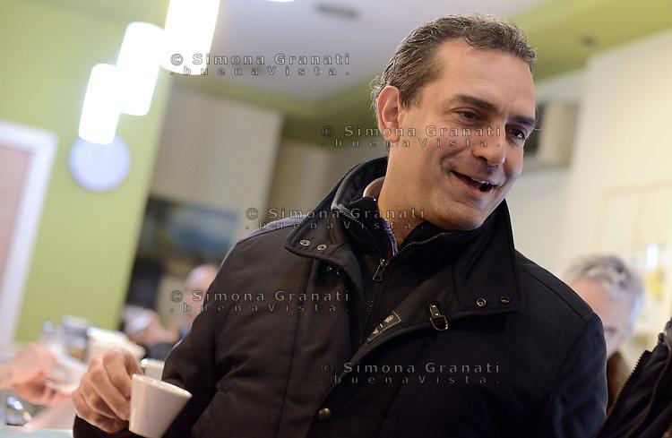 Roma, 1 Dicembre 2012.Testaccio.Luigi De Magistris, sindaco di Napoli, ex magistrato, prende un caffč prima dell'assemblea Cambiare si puň