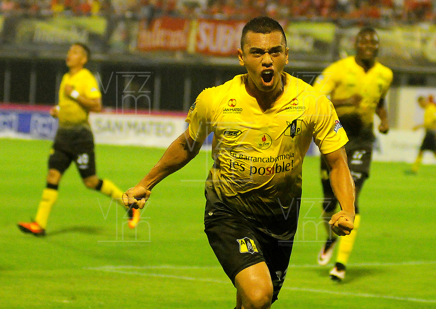 BARRANCABERMEJA -COLOMBIA, 01-03-2017:  Carlos Lizarazo jugador de Alianza Petrolera celebra un gol anotado a America de Cali  durante encuentro fecha 7 de la Liga Aguila I 2017 disputado en el estadio Daniel Villa Zapata de la ciudad de Barrancabermeja.  / Carlos Lizarazo player of Alianza Petrolera celebrates a goal scored to America de Cali  during match for the date 7 of the Aguila League I 2017 played at Daniel Villa Zapata stadium in Barrancabermeja city. Photo: VizzorImage / Jose Martinez / Cont