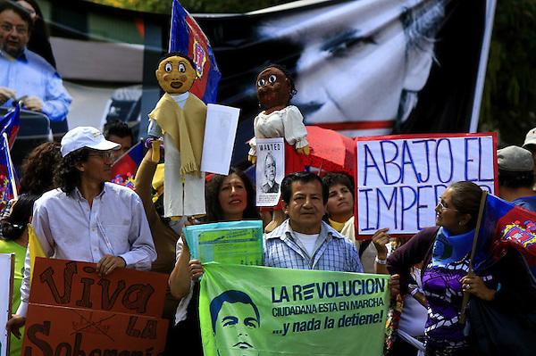 QUI04. QUITO (ECUADOR), 20/08/2012.- Simpatizantes del presidente ecuatoriano, Rafael Correa, participan en una manifestación..hoy, lunes 20 de agosto de 2012, en la afueras del Palacio de Gobierno en Quito (Ecuador). Con pancartas y fotografías del fundador del portal Wikileaks, Julian Assange, los manifestantes apoyaron su respaldo a la concesión del asilo diplomático a Assange. EFE/José Jácome
