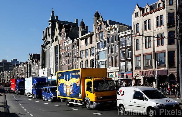 Vrachtverkeer en auto's op het Damrak in Amsterdam