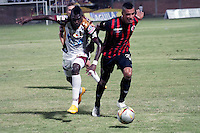 BOGOTÁ -COLOMBIA, 11-03-2015. Leonardo Ossa (Der) jugador del Cúcuta Deportivo disputa el balón con Didier Delgado (Izq) jugador del Deportes Tolima por la fecha 9 de la Liga Aguila I 2015 jugado en el estadio General Santander de la ciudad de Cúcuta./ Leonardo Ossa (R) player of Cucuta Deportivo vies for the ball with Didier Delgado (L) player of Deportes Tolima for the 9th of the Aguila League I 2015 played at General Santander stadium in Cucuta city. Photo: VizzorImage / Manuel Hernandez /Str
