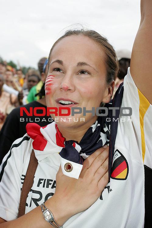 FIFA WM 2006 -  Fan Meile Nuernberg<br /> <br /> <br /> <br /> USA - Ghana<br /> <br /> <br /> <br /> Kerry Rigas (23) aus Amerika singt die Nationalhymne.<br /> <br /> <br /> <br /> Foto: nordphoto