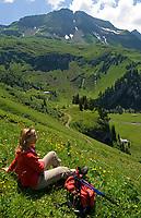 CHE, SCHWEIZ, Kanton Bern, Berner Oberland, Axalp: beliebtes Wandergebiet Tschingelfeld - Frau beim Wanderpause | CHE, Switzerland, Bern Canton, Bernese Oberland, Axalp: popular hiking arrea Tschingelfeld - woman resting