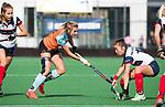 HUIZEN  -  Laura van Weeren (Gro) met Tamara Gruter (HUI)   , hoofdklasse competitiewedstrijd hockey dames, Huizen-Groningen (1-1)   COPYRIGHT  KOEN SUYK