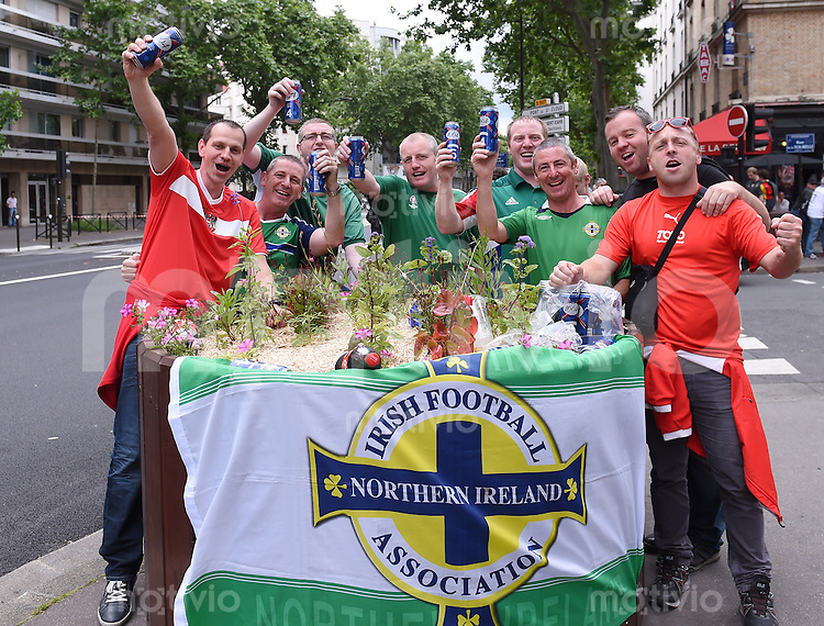 FUSSBALL EURO 2016 GRUPPE C in Paris Nordirland - Deutschland     21.06.2016 Nordirische Fans beim Gruppenbild mit zwei oesterreichischen Fan vor dem Prinzenpark stadion