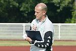 NORDERNEY Trainer Thomas Schaaf bleibt Norderney treu. Nachdem er bereits elfmal mit Fu&szlig;ball-Bundesligist Werder Bremen ins Trainingslager auf die Nordseeinsel gefahren ist, um sein Team auf eine Saison vorzubereiten, will er die Sportpl&auml;tze und die dort gebotene Betreuung auch f&uuml;r seinen neuen Verein, Eintracht Frankfurt, nutzen. Das Trainingslager ist f&uuml;r die Zeit vom 6. bis 12. Juli geplant.<br /> Archiv aus: 1. BL 2003/2004<br /> Trainingslager SV Werder Bremen auf Norderney<br /> Training am Vormittag Thomas Schaaf<br /> Foto &copy; nordphoto  <br /> <br />  *** Local Caption *** Foto ist honorarpflichtig! zzgl. gesetzl. MwSt.<br />  Belegexemplar erforderlich<br /> Adresse: nordphoto<br /> Georg-Reinke-Strasse 1<br /> 49377 Vechta