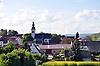 Appenheim mit der Ev. Kirche umgeben von Feldern